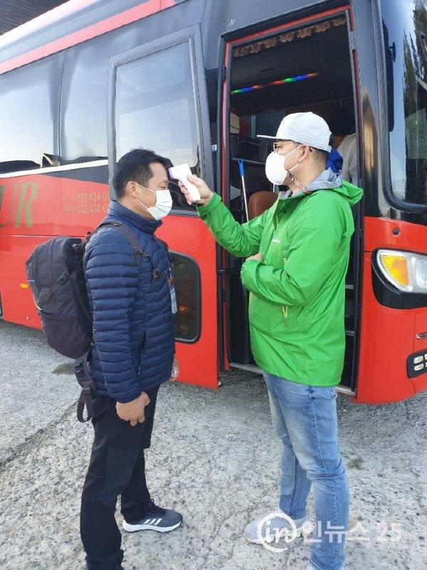 금성디딤돌 봉사단 조남철 자문위원 버스앞 에서  열체크