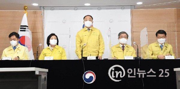 [포토] 홍남기 부총리, '코로나19 3차 확산에 대응한 맞춤형 피해지원 대책' 관련 합동브리핑 진행