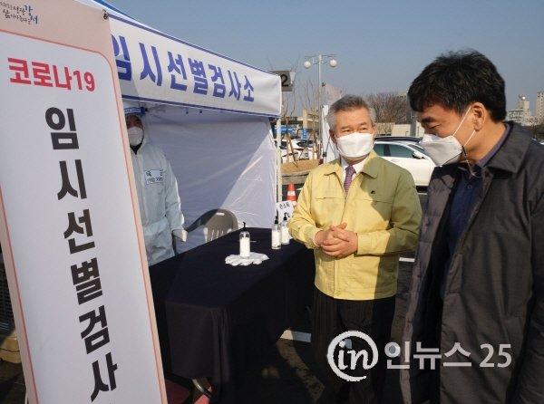 한국공항공사, 김포공항 임시 선별검사소 위문품 전달