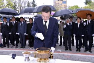 [포토] 이용섭 광주시장, 제60주년 4·19혁명 추모비 참배