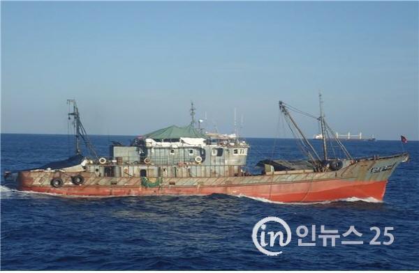 북한수역 불법 조업 의심 중국어선, 중국해경에 직접 인계